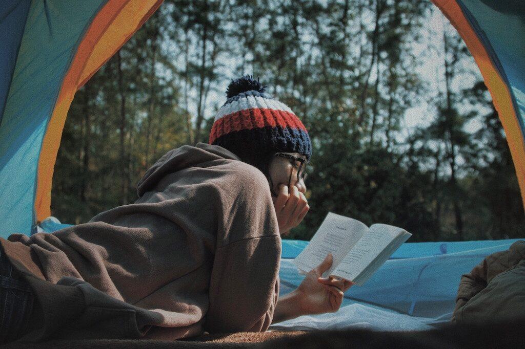 På en jagttur kan man bruge sin fritid på f.eks. læsning